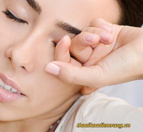 Dụi mắt làm cho mắt nhanh bị lão hóa